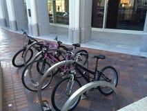 Bici sul distretto finanziario dello scaffale della bici Immagini Stock
