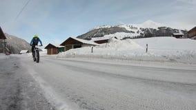 Bici sulla strada nevosa archivi video