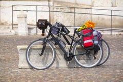 Bici turistica su un quadrato Immagini Stock