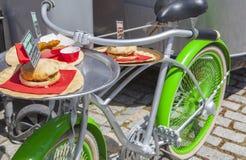 Bici verde d'annata utilizzata per i pasti di offerta accanto al camion dell'alimento traile Fotografie Stock