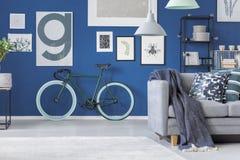 Bici verde nell'interno dell'appartamento Immagini Stock Libere da Diritti