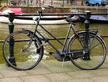 Bici vieja cerca del río Foto de archivo libre de regalías