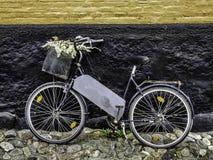 Bici vieja en la pared de ladrillo Imagen de archivo