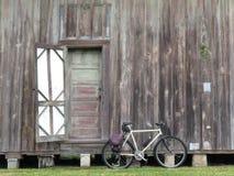Bici y granero y puerta viejos Foto de archivo libre de regalías