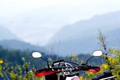 Bici y montaña grandes Fotos de archivo libres de regalías