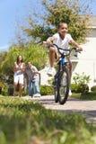 Bici y padres del montar a caballo del muchacho de la familia del afroamericano Imagenes de archivo