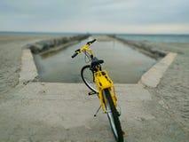 Bici y playa imágenes de archivo libres de regalías