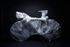 A bicicleta é embalada pela urdidura da bolha para o transporte Fotos de Stock Royalty Free