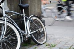 Bicicleta abandonada contra tráfico borroso del ciclo imagen de archivo