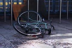 Bicicleta abandonada, rota en la calle de la ciudad Fotos de archivo libres de regalías
