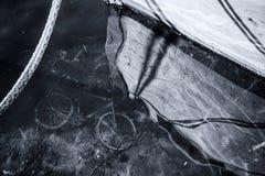 Bicicleta abandonada velha sob a água do mar Fotografia de Stock