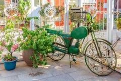 Bicicleta adornada y planta en conserva en las calles de Gulangyu Islan Imagen de archivo