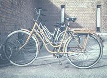 Bicicleta alaranjada em um suporte do ciclo imagens de stock
