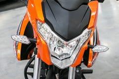 Bicicleta alaranjada, motocicleta, bicicleta motorizada com luzes Front View Li dianteiro foto de stock royalty free