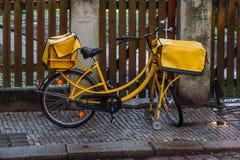 Bicicleta alemana del poste foto de archivo libre de regalías