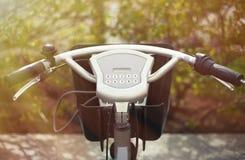 A bicicleta alugado pegara a estação na rua da cidade Imagem de Stock