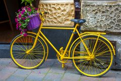 Bicicleta amarilla con la cesta de la flor Imagenes de archivo