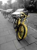 Bicicleta amarilla vieja imagen de archivo