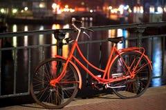 Bicicleta anaranjada en Amsterdam foto de archivo