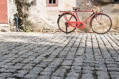 Bicicleta antigua en calle vieja Fotos de archivo