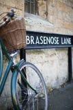 Bicicleta ao lado do sinal da pista de Brasenose fora da universidade de Oxford Co Imagem de Stock