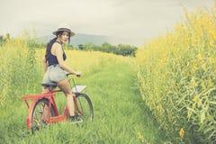 Bicicleta asiática da equitação da mulher Imagem de Stock
