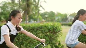 Bicicleta asiática da equitação do adolescente na vila da casa vídeos de arquivo