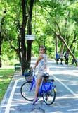 Bicicleta asiática del montar a caballo de la señora Imagen de archivo libre de regalías