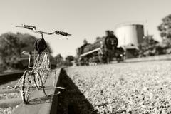Bicicleta atada con alambre por el tren del vapor Fotos de archivo