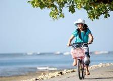 Bicicleta atrativa feliz da equitação da menina do litte exterior imagens de stock royalty free