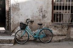 Bicicleta azul Imágenes de archivo libres de regalías