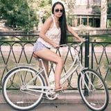 Bicicleta azul da cidade do vintage, conceito para a atividade e estilo de vida saudável Fotografia de Stock