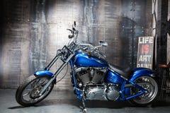 Bicicleta azul da estrada do cromo Foto de Stock Royalty Free