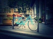 Bicicleta azul encantador em uma cidade encantador imagem de stock royalty free