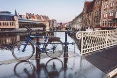Bicicleta azul estacionada em Ghent fotos de stock
