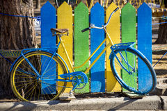 Bicicleta azul y amarilla Fotografía de archivo
