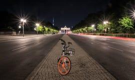 Bicicleta Berlín Puerta de Brandenburger y la bici fotos de archivo libres de regalías