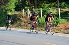 Bicicleta biking de la gente tailandesa en raza en Khao Yai Foto de archivo libre de regalías