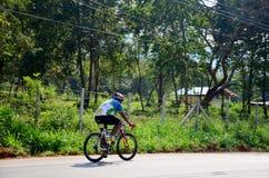 Bicicleta biking de la gente tailandesa en raza en Khao Yai Foto de archivo