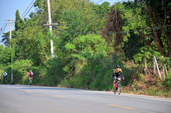 Bicicleta biking de la gente tailandesa en raza en Khao Yai Imagenes de archivo