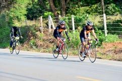 Bicicleta biking de la gente tailandesa en raza en Khao Yai Imagen de archivo libre de regalías