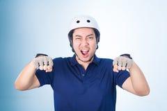 Bicicleta biking del gesto asiático del individuo, con el casco de la bicicleta y los guantes Imagen de archivo