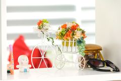 Bicicleta blanca con la decoración de la flor del ramo Imagen de archivo