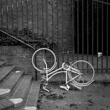 Bicicleta blanca retra de la ciudad del vintage clásico al revés Fotos de archivo libres de regalías