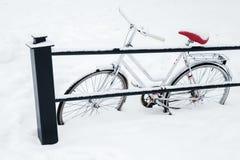 Bicicleta branca estacionada no monte de neve foto de stock royalty free