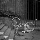 Bicicleta branca retro da cidade do vintage clássico upside-down Fotos de Stock Royalty Free