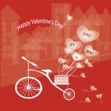 a bicicleta caracteriza um balão do coração Fotografia de Stock