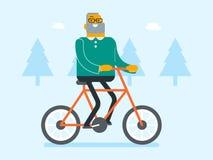 Bicicleta caucásica jubilada del montar a caballo del hombre blanco en parque Imagenes de archivo