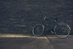 Bicicleta clásica del inconformista del negro del vintage en la calle Imagen de archivo libre de regalías