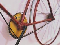 Bicicleta clásica para la decoración casera con la luz y el tono púrpuras Fotos de archivo